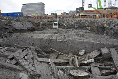 Bildet viser en dregg funnet i skipsvrak Bispevika 16, på tomta B8a med Munchmuseet i bakgrunn