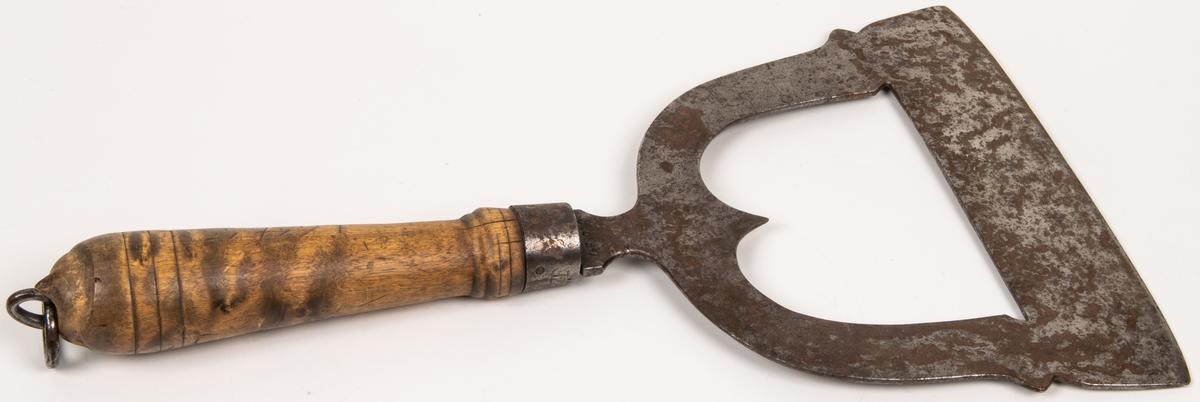 Kniv för hackning av kött, med stämpel i form av ett A och T sammanfogat. Otydligt årtal på skaftet, möjligtvis 1645.