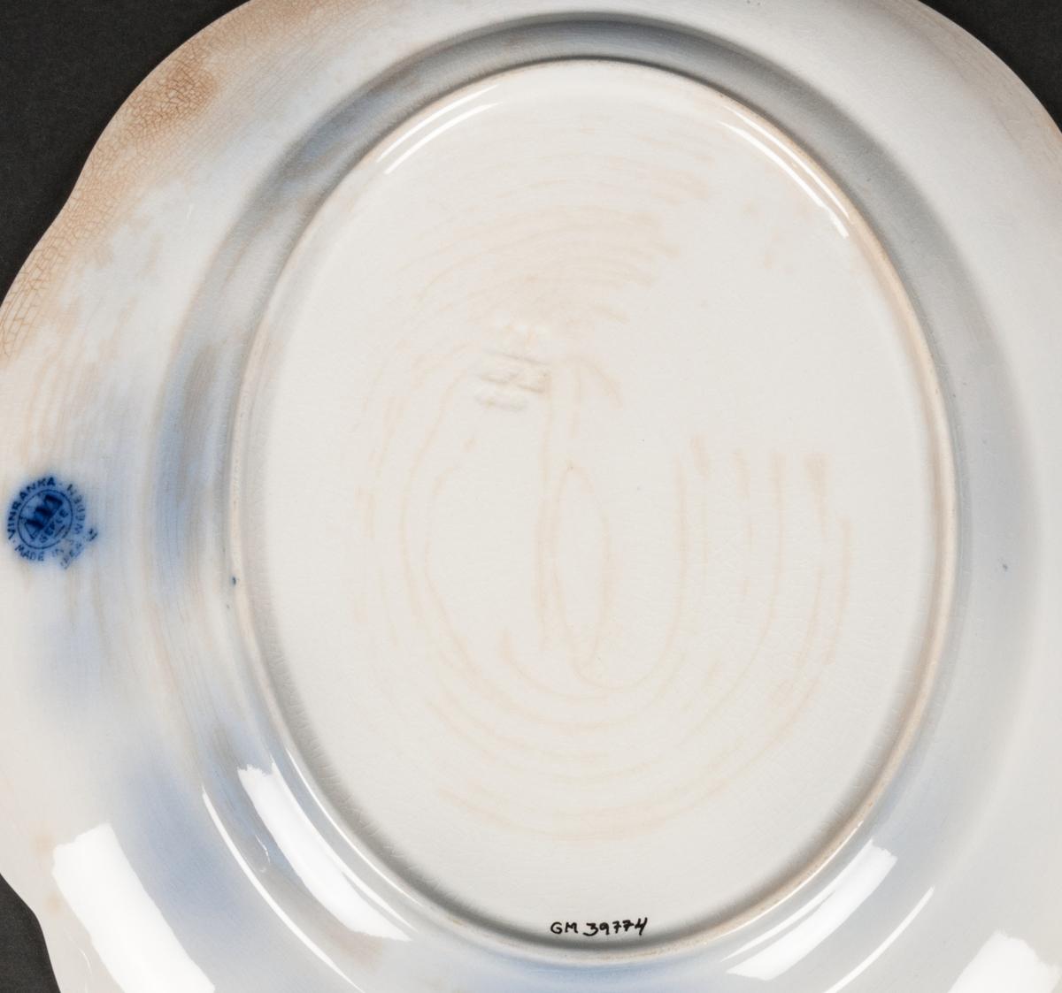 Uppläggningsfat, Modell AO. Vinranka blå. Vit botten med blå flytande dekor av vinrankor.