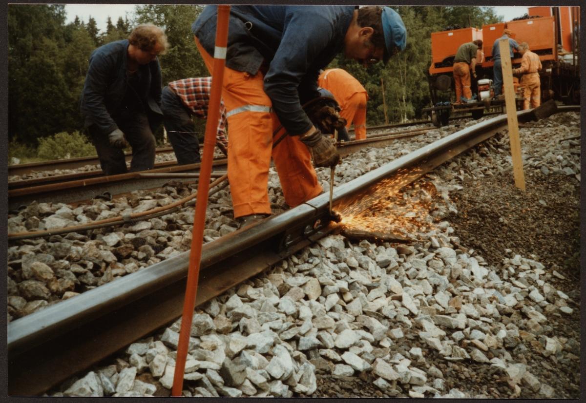 Spårupprustning på sträckan Gusselby - Rällså. De gamla rälsskarvarna skrotades genom skärning så rälsen blev lastningsbar.