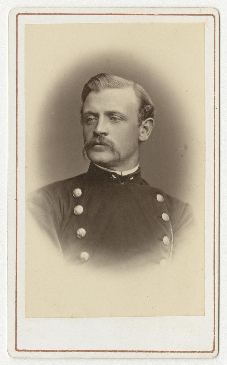 Porträtt av Karl August Laurell, underlöjtnant vid Värmlands regemente I 22.  Se även bild AMA.0021824.