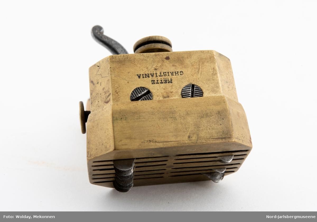En liten kasse med årelating og -koppeutstyr, benyttet  på Eidsfoss.