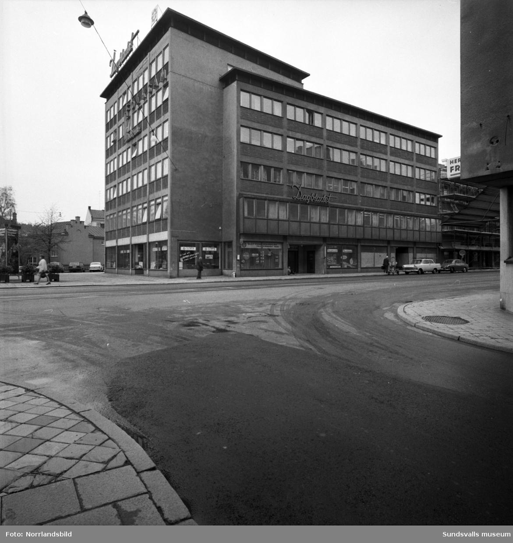Dagbladshuset vid Köpmangatan 1-3 fotograferat från Tullgatan.