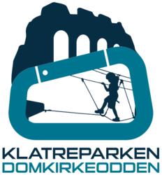 Logo med domkirkeruinen i bakgrunnen og sikret klatrer inni en karabinkrok (Foto/Photo)