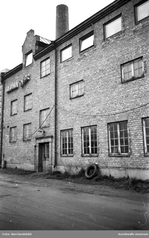 Sundsvalls Gummiverkstad vid Ågatan. I bakgrunden på bild två syns bygget av ett av de nya husen vid Storgatan 52-58.