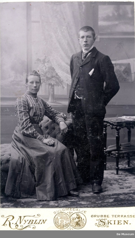 Atelierfoto av eit ungt ukjent par