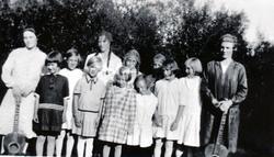 96dd58f6 Olaug og Hallfrid (søstre) i en barneforening på Eidet ca. 1