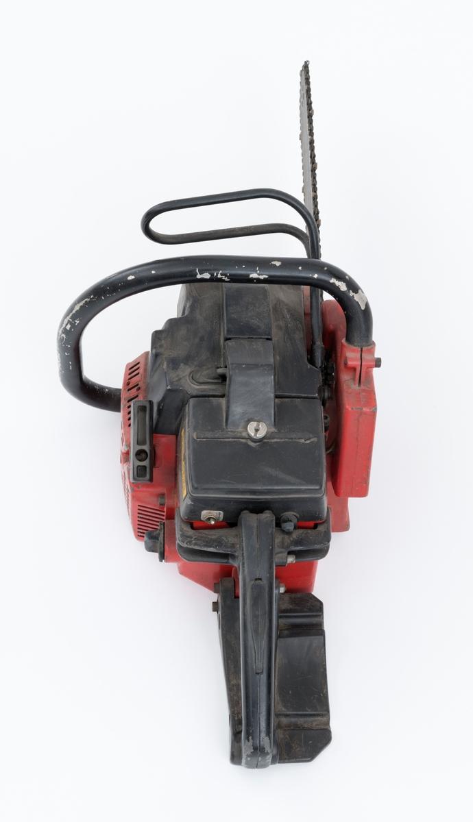Motorsag av typen Jonsered 452EV med påmontert sverd og sagkjede. Saga ser for registrator ut til å være tilnærmet komplett, vippebryteren for betjening av varmen i fremre og bakre håndtak har røket. Saga er utstyrt med elektronisk tenning, avvibrerte håndtak, vernebøyle, kjedebrems og elektrisk varme i håndtakene. Fremre håndtaksbøyle er påført et svart skikt, ikke gummi, for at venstre hånden skal gli lett når saga brukes til kvisting.   Det gjengis her noen tekniske spesifikasjoner fra salgsbrosjyra til Jonsered:   (Se også vedlagt fil under fanen referanser som viser en allmenn beskrivelse av sagas spesifikasjoner.) Sylindervolum/slagvolum: 44,3 kubikkcentimeter. Kjedehastighet: cirka 20 meter per sekund. Vekt: cirka 6,5 kg med sverd og kjede, også oppgitt til 7,05 kg (trolig vekt med fulle tanker)