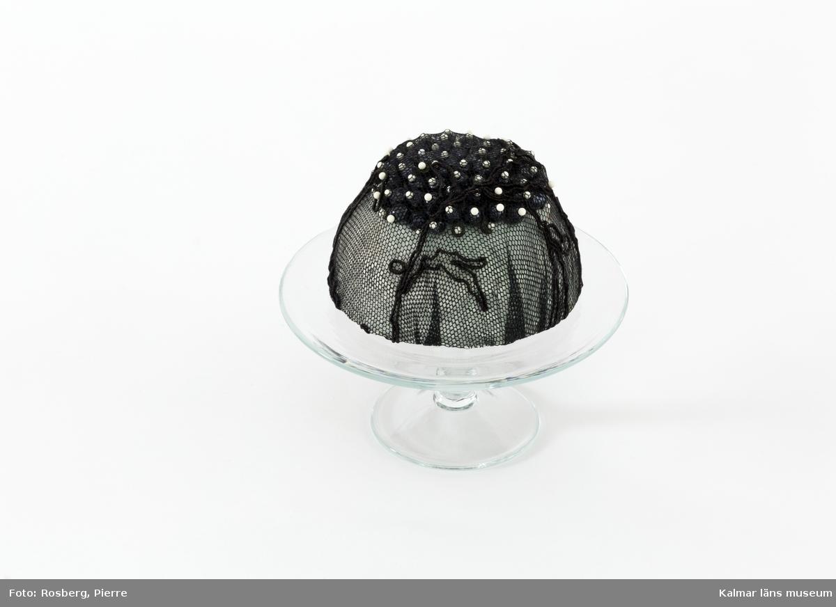 Dekorerad tårta på glasfat.