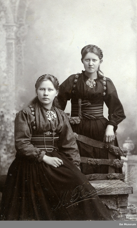 Atelierfoto av Anne og Bergit Eika (Nistugu)