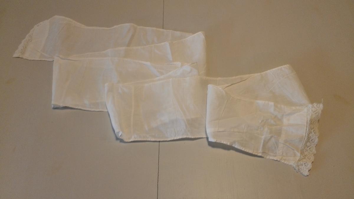 A) Dåpskjole klypt i 2 bakbreidder  og 1 frambreidd. Isydd erme, 3 legg til skulder. Løpegang kring halsringing og erme m/bendelband. Blonde innvendig erme. Blonder langs heile kjolen, blonder i nedkant.  B) Belte. Belte-endane kanta med blonde. Vart knytt kring magen på barnet. C) Underskjørt klypt i 1 frambreidd og 2 bakbreider. Splitt i saum bak. Bendelband frsta til lining. Brukt av gjevar og bror hans.