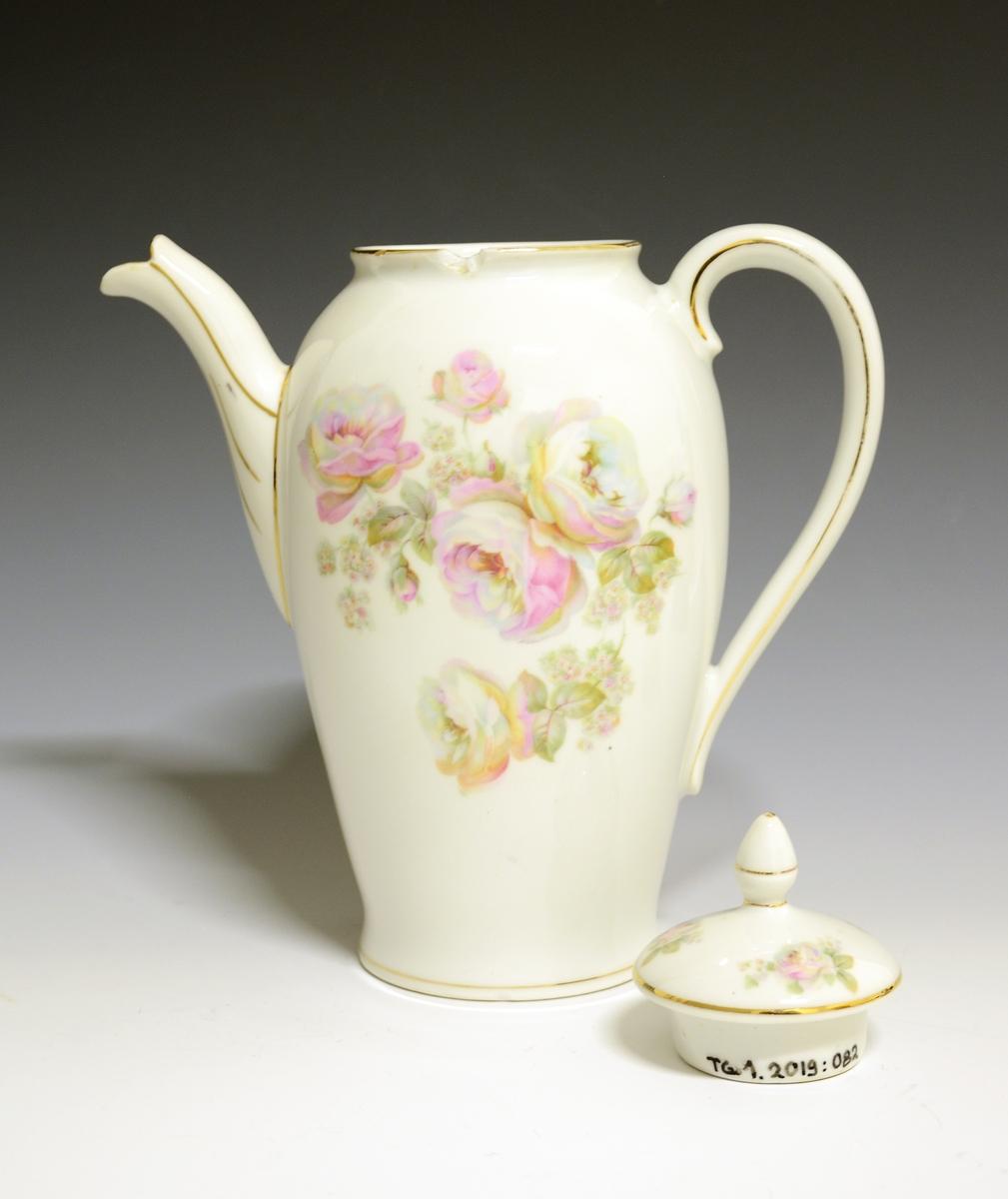 Kaffekanne med lokk av porselen. Tuten høyt festet, ørehank, smalner mot bunnen. Dekorert bunttrykkdekor med roser i rosa og gule fargetoner. Gullstrek langs kantrender, hank og tut. Dekornr: 0849 Modellnr: Tilhører kaffeservice 1760