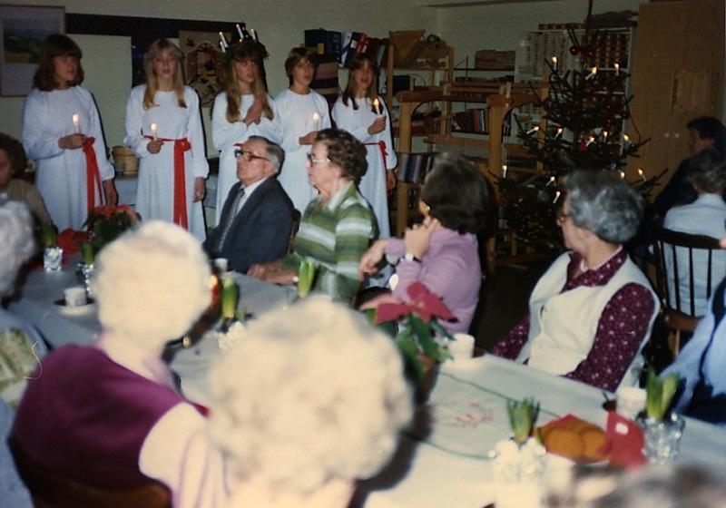 Hobbylokalen, Brattåsgården 1980-tal. Knut Jerkfelt, mörk kostym. Signe Johansson, vit väst.