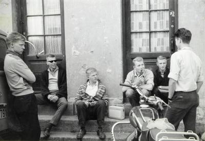 """""""Ung på Enerhaugen"""". Foto: Sigurd Johansen, Norsk Folkemuseum"""