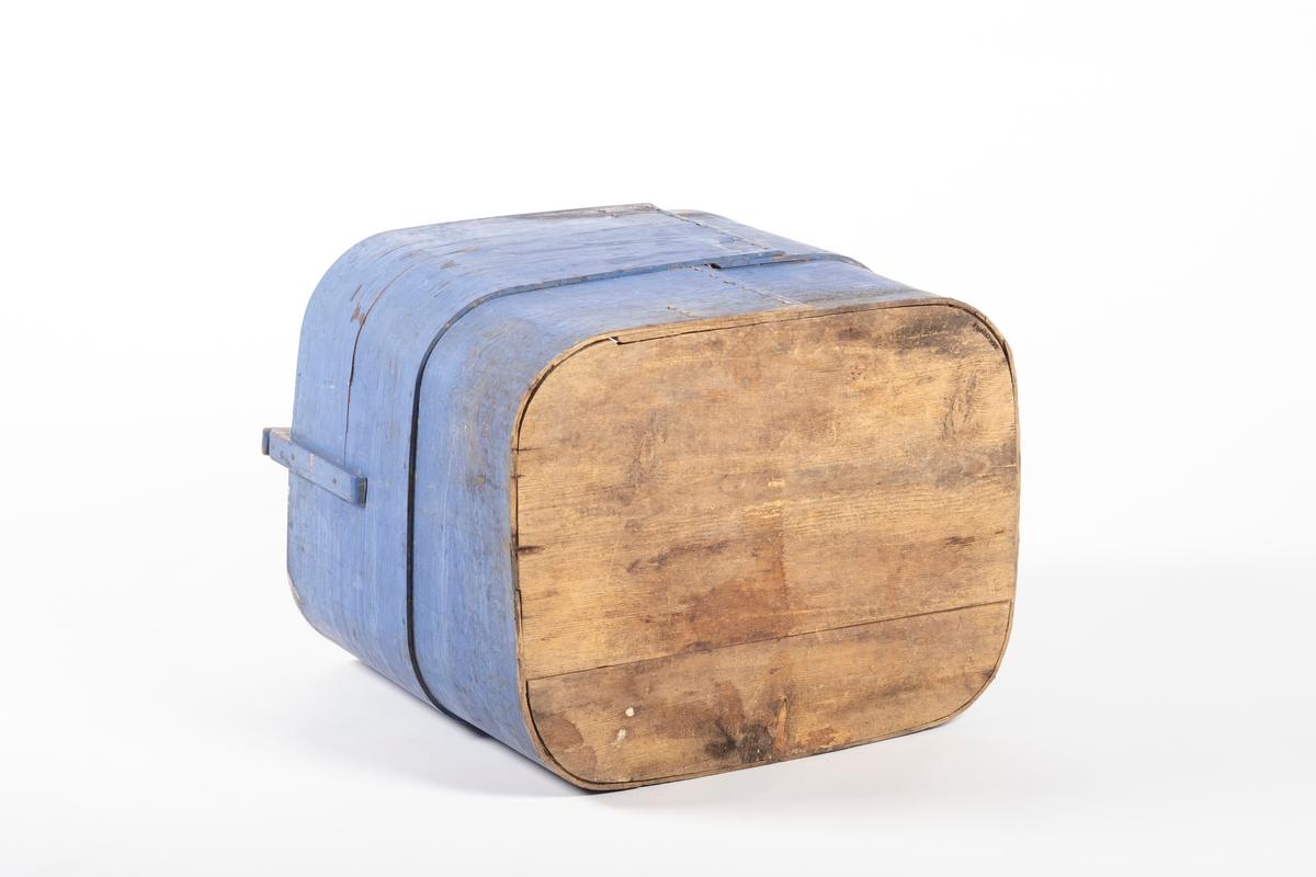 Tinen er firkantet med runde hjørner. På kortendene står det stoler, en på hver, som holder lokket på plass. Lokk mangler. Bunnen er spikret på, men knekt så en del er løs.