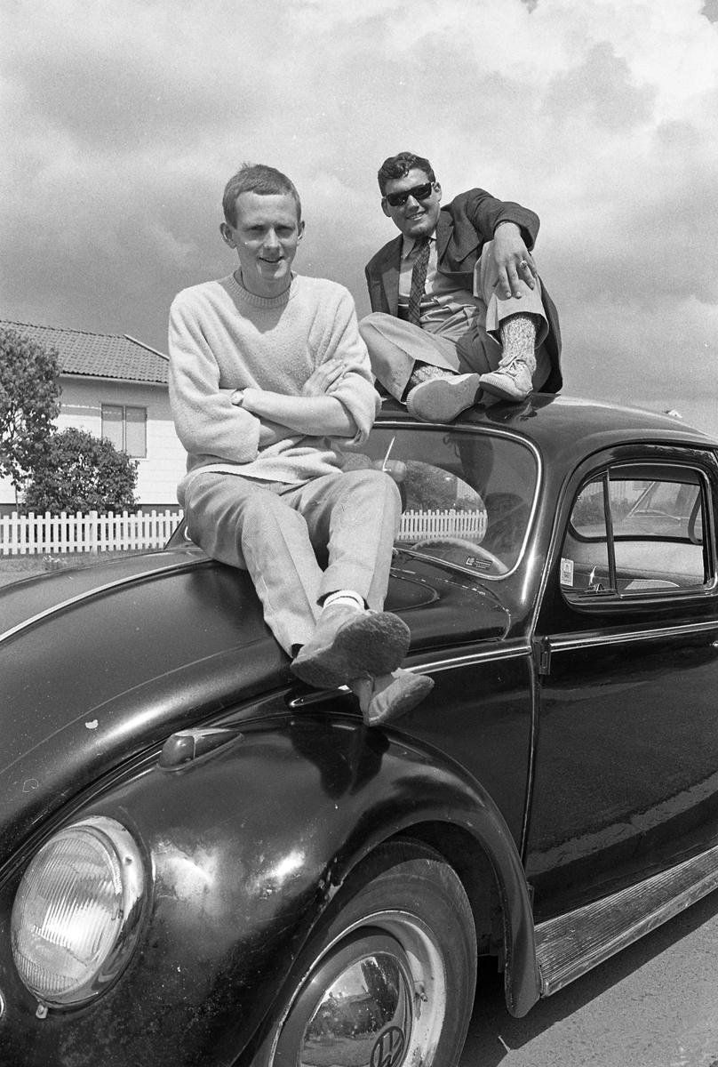Tvä män, Anders Hasselbohm och Stig Eriksson, sitter på en Folkvagn  Två män och en bil
