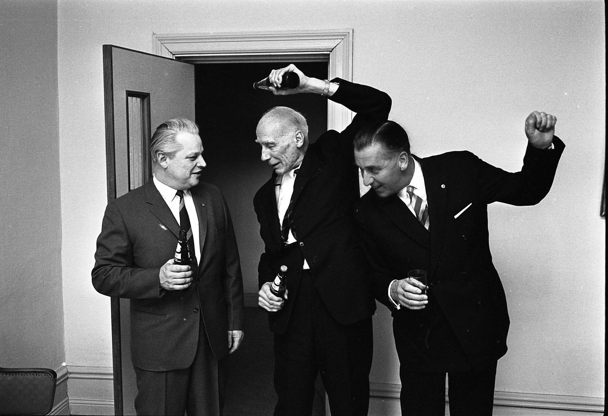 Arboga Bryggeri introducerar, och pressvisar, Canada Dry. Tre kostymklädda män spexar med ölflaskor. Till vänster direktör Karl Ivar Levert, Torsten Tegnér i mitten, till höger Valter Allvin. Torsten är inbjuden i sin egenskap av kändis.  Anläggningen var färdigbyggd 1899 och verksamheten startade 1 november samma år. 24 oktober 1980 tappades det sista ölet, på bryggeriet. Märket var Dart. Läs om Arboga Bryggeri i hembygdsföreningen Arboga Minnes årsbok 1981