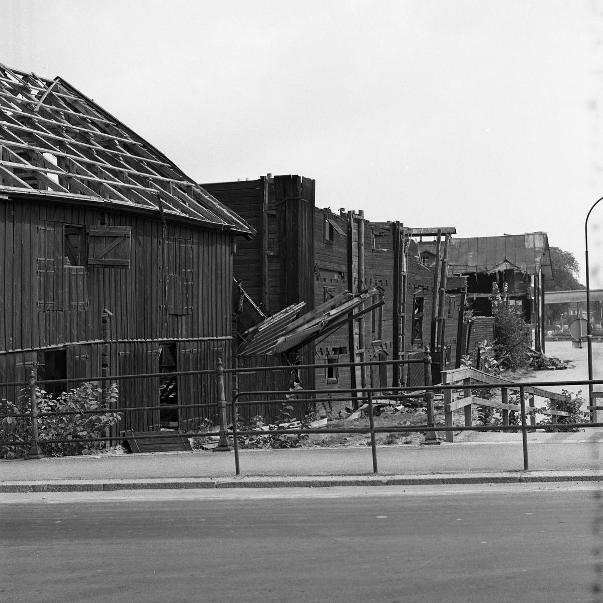 Arboga Kvarn och Maltfabrik är nedlagt. Rivningen av hamnmagasinen pågår. Bilden är tagen från Herrgårdsbron.  Det som kom att bli Arboga Kvarn och Maltfabrik anlades 1821 av Jonas Örström. Kvarnrörelsen startade 1915. Vetemjöl av märket Guldsnö producerades här.  Kvarnrörelsen upphörde 1967 medan maltproduktionen fortsatte till 1972.  Läs om Arboga Kvarn och Maltfabrik: Hembygdsföreningen Arboga Minnes årsböcker från 1979 och 1999 Reinhold Carlssons bok Arboga objektivt sett