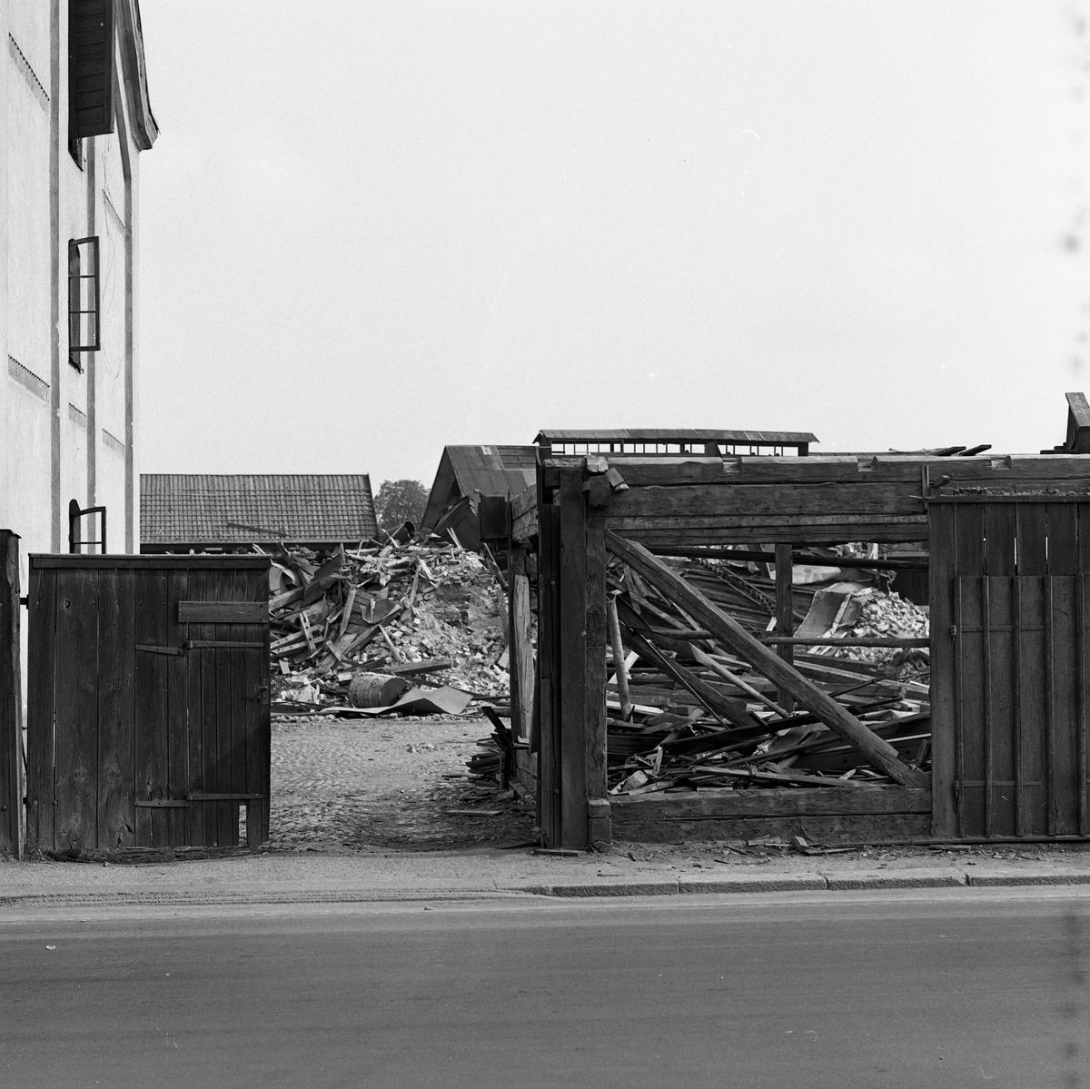 Arboga Kvarn och Maltfabrik är nedlagd. Nu pågår rivningen av hamnmagasinen.  Det som kom att bli Arboga Kvarn och Maltfabrik anlades 1821 av Jonas Örström. Kvarnrörelsen startade 1915. Vetemjöl av märket Guldsnö producerades här.  Kvarnrörelsen upphörde 1967 medan maltproduktionen fortsatte till 1972.  Läs om Arboga Kvarn och Maltfabrik: Hembygdsföreningen Arboga Minnes årsböcker från 1979 och 1999 Reinhold Carlssons bok Arboga objektivt sett