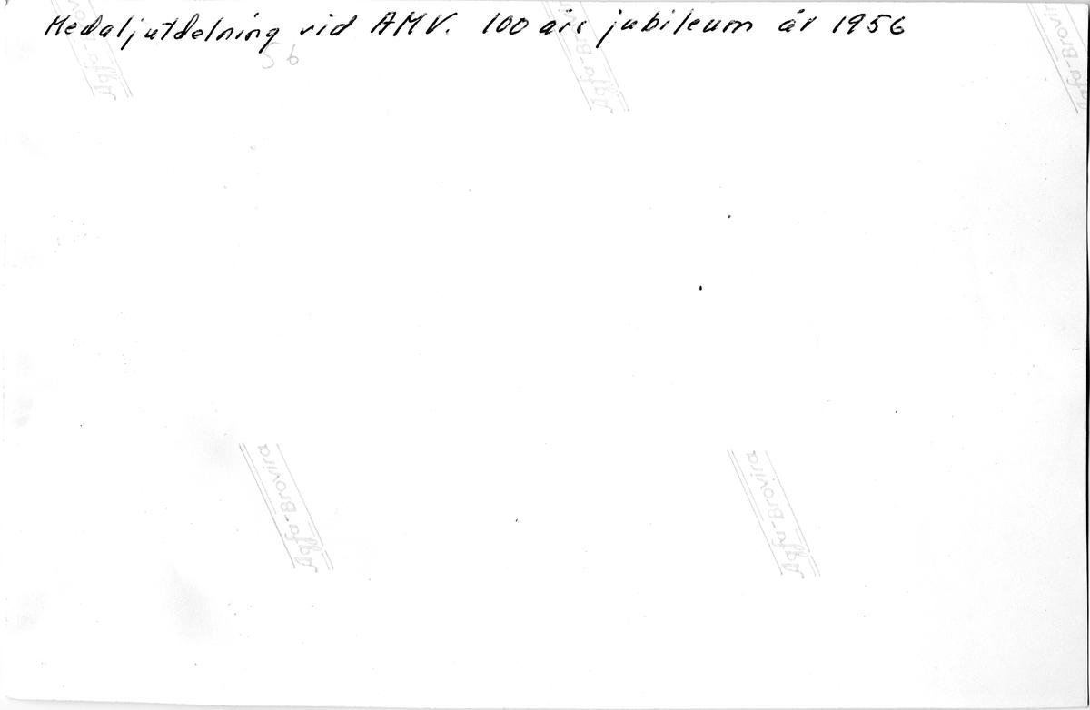 Baksidan av fotografiet föreställande Arboga Mekaniska Verkstad, Hundraårsjubileum, 1956, baksida_BJ Kartong 11_tif339.tif