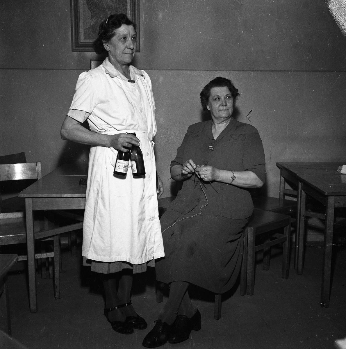 Erika Askroth och Jenny Christiansson på ölhallen på Rådhusbaren. En kvinna med ölflaskor i handen och en kvinna som sitter och stickar.