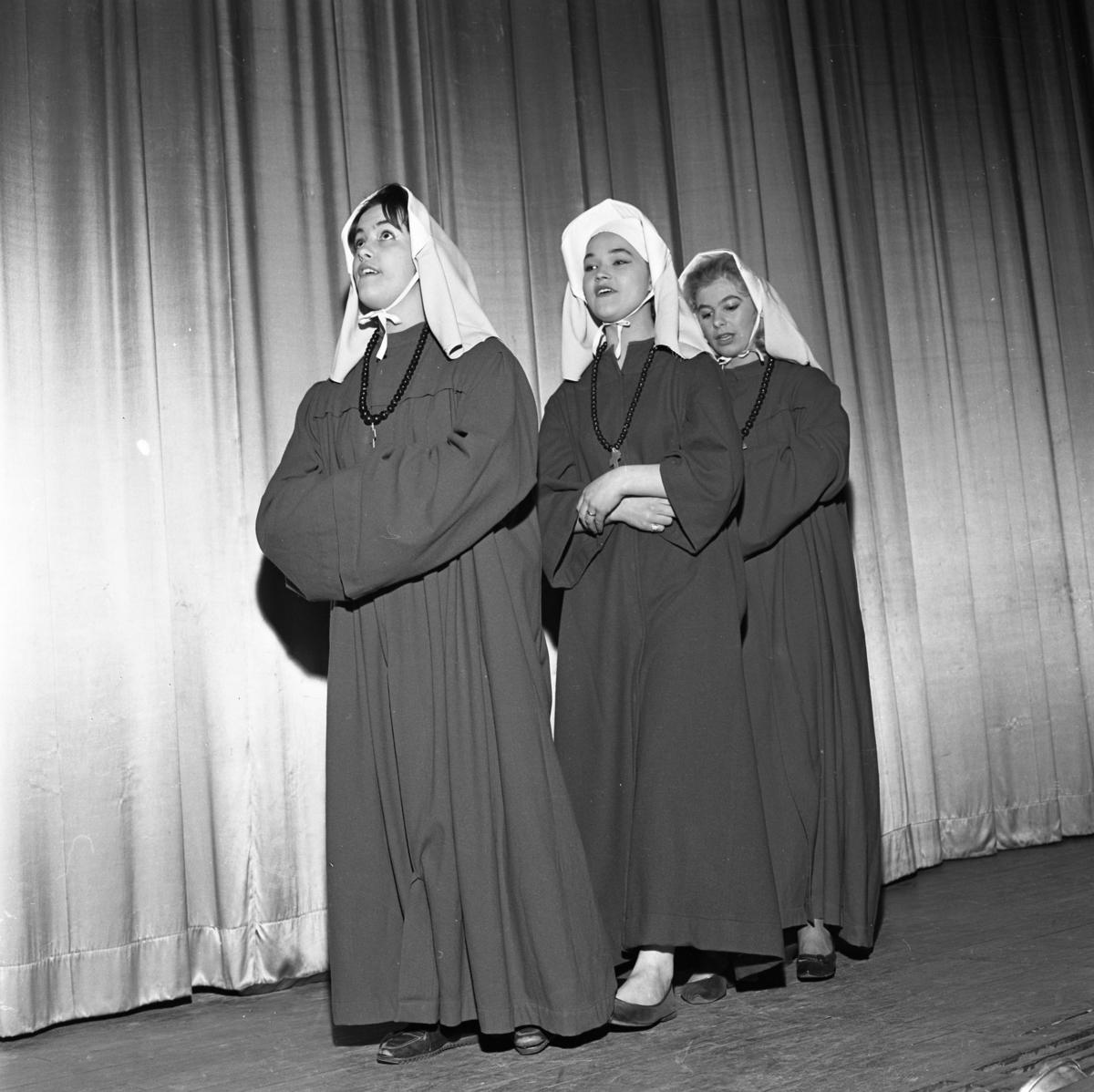 """Revyrepetition. På Trettondagsafton är det premiär för """"Tusen tunnlar"""" på Folkan. De tre nunnorna är, från vänster: Eva-Britta Lindvall, Ulla-Britt Andreasson och Gunilla Lindström"""