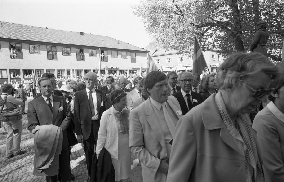 Riksdagsjubileet. I Arboga firas 550-årsminnet av Sveriges första riksdag. Politiker på väg in i Heliga Trefaldighetskyrkan. I bakgrunden ses butikerna vid Järntorget; Apoteket, sportaffären och Bellis Blommor.