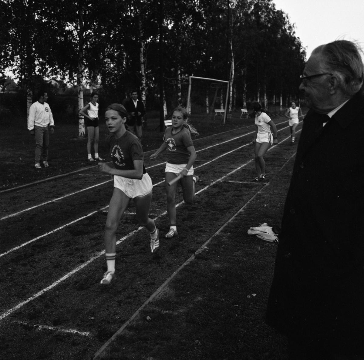 """Skolidrott på Sturevallen, stafett för flickor. Två namnförslag på flickan närmast i bild; Ann-Christine Lööf eller Eva """"Pyrran"""" Schenström"""