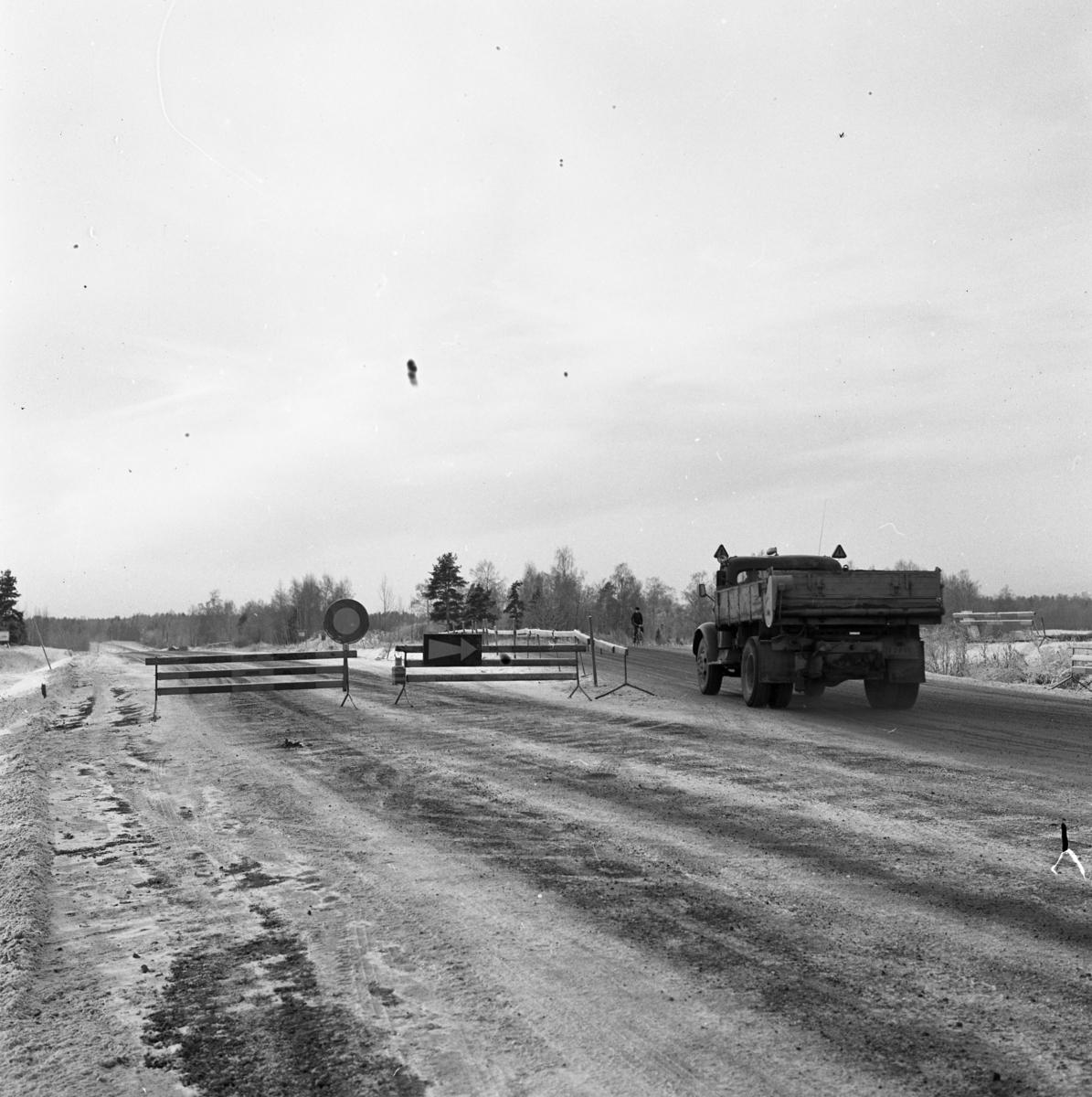 Vägarbete. Örebrovägen ska snart öppnas efter ombyggnaden. En lastbil kör och en cyklist kör på vägen.