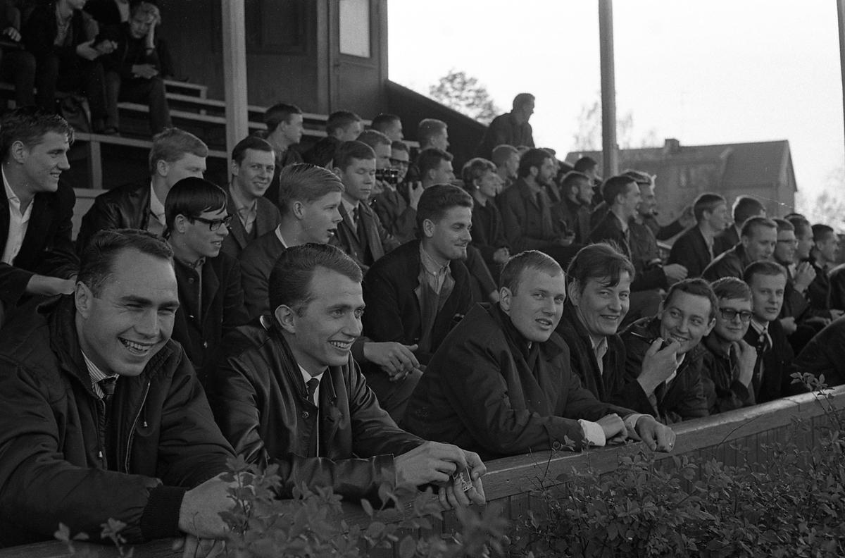 Fotboll på Sturevallen. Tekniska skolans lärare mot elever. Här sitter hejarklacken på läktaren.