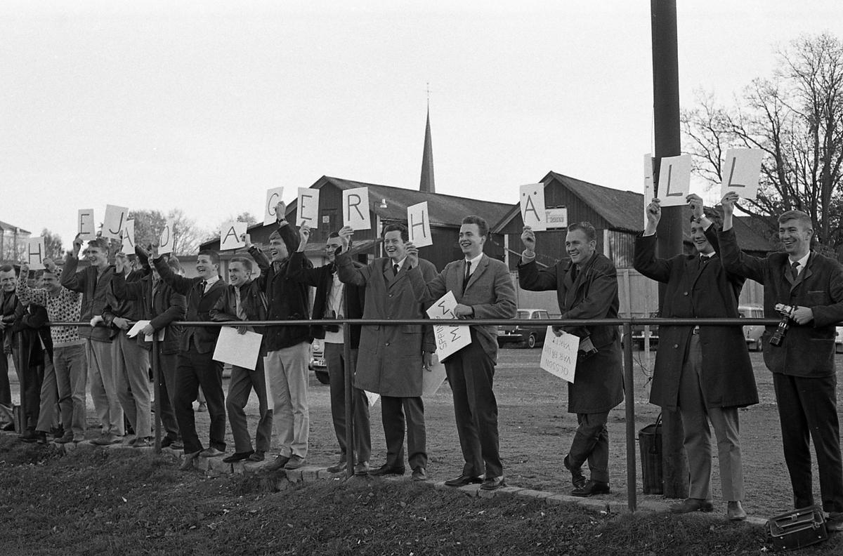 """Fotbollsmatch på Sturevallen mellan Tekniska skolans lärare och elever. Här är en hejarklack med handskrivna bokstäver på skyltar; """"Heja Dagerhäll"""" står det."""