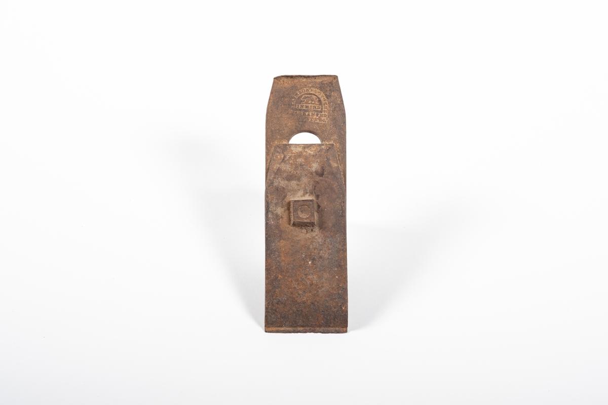 Høveljern til høvel. Høveljernet består av to jernstykker satt mot hverandre med en skrue gjennom en spalte. Skruen gjør at man kan regulere det ene jernstykket opp og ned.