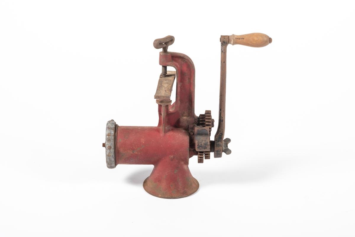 Kjøttkverna har en tvinge som gjør det mulig å feste den til et bord eller en benkeplate. På toppen er det en trakt, hvor man kan se at det sitter en spiral med knivblader nedenfor. Foran går et kraftig rør ut, som har et gitter ved åpningen (med runde hull). Bak sitter det en sveiv med trehåndtak, kraftoverføringen skjer via flere tannhjul.