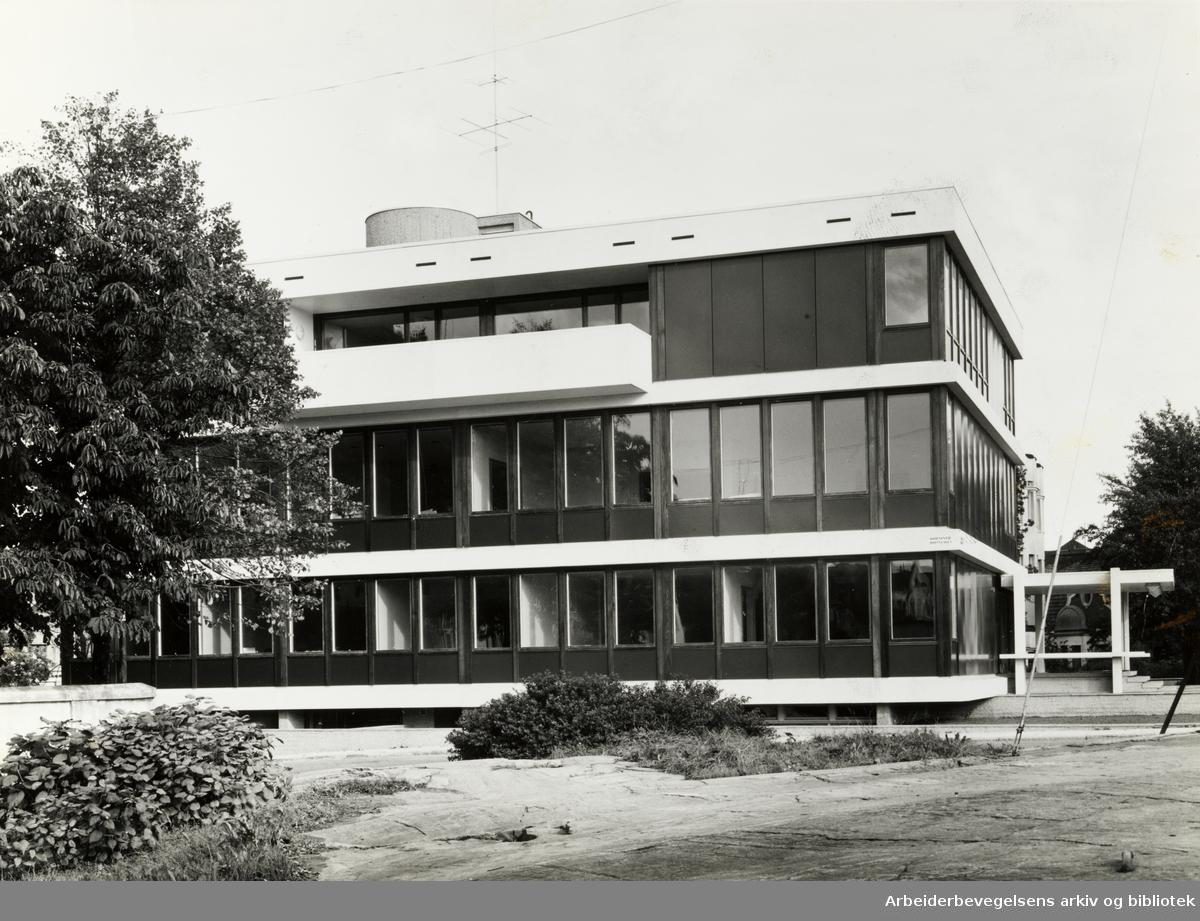 Huseby Blindeskole. Pikeinternat for blinde på Huseby. Oktober 1964