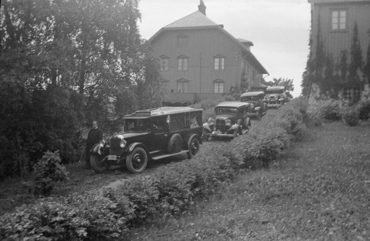 Karoline Bjørnsons bisettelse - bilkortesjen til Oslo kjører ut fra Aulestad