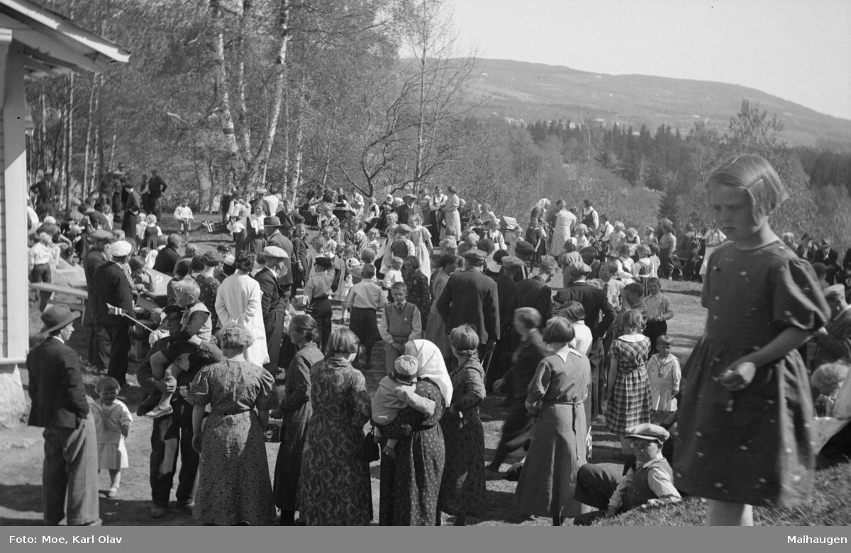Mange festkledde menneske, antakelig på Vonheim i Follebu