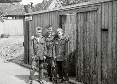 Kent, Sigurd og Roger Johansen kledd i Freia sjokolade jakker. Det var populært å selge sjokolade på idrettsstevner for å tjene penger og samtidig komme gratis inn på idrettsarrangementer. Andre barn på haugen jobbet med lotterisalg, levere ut aviser, selge syrinbuketter når syrinene blomstret. Om sommeren ble det også sommerjobber.