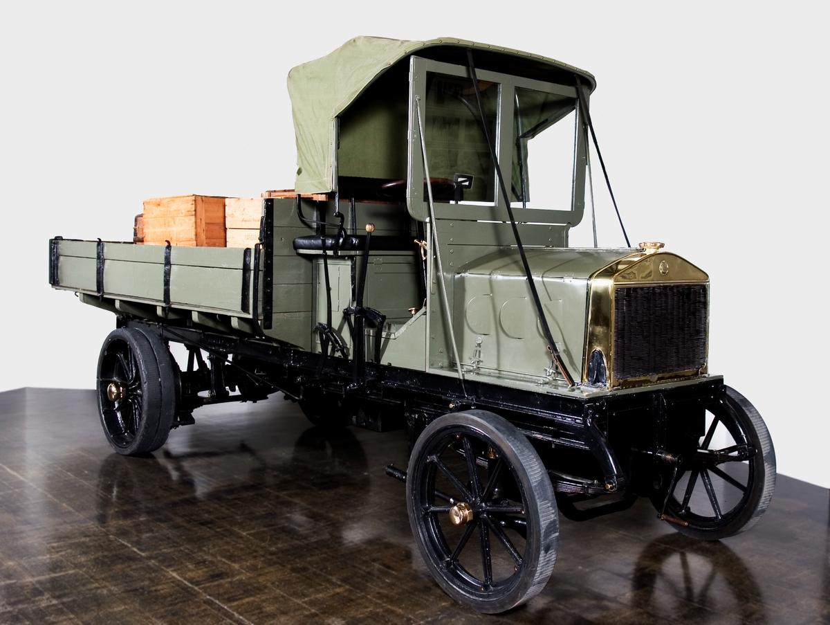 """Tillverkad vid Vagnfabriksaktiebolaget i Södertälje, för 2 ton last. Scania-Vabis motor typ F4. Kardandriven """"System """"Ritzel"""". Gjutna hjul med homogena gummidäck.  Fyrcylindrig vattenkyld bensinmotor, cylindervolym 3,7 cc Effekt 20 - 24 hk"""
