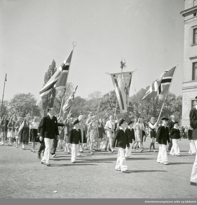 17. mai 1947. Elever fra Kampen Skole marsjerer foran Slottet.