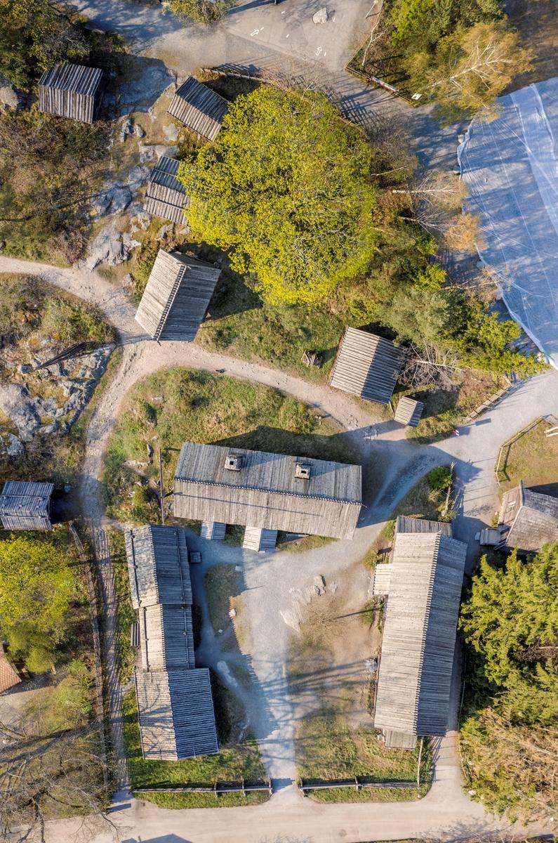 Älvrosgården skapades på Skansen under åren 1915-1916. Byggnaderna kommer från Älvros socken i sydöstra Härjedalen och är sammanförda med utgångspunkt i sin ålderdomliga karaktär. De har samlats in för att på Skansen ge en bild av hur man bodde i Härjedalen under 1600-, 1700- och i viss utsträckning ännu i början på 1800-talet. Älvrosgården består av ett boningshus, samt två uthuslängor. I fähuslängan ryms fähus, lider, hölada, stall med foderrum samt avträde. Uthuslängan rymmer sliplider, loftbod, portlider, loge och vedlider. Framför stallet ligger gårdsbrunnen med sin stora brunnsvipp. Utanför mangården ligger smedja, bastu, stolpbod, lekstuga. Ytterligare en bit bort finns utmarksbebyggelse i form av ett eldhus och två hölador.