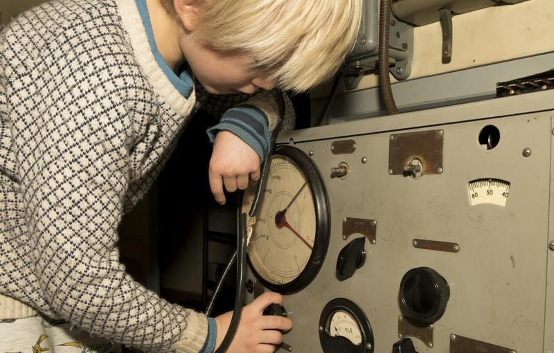 Gutt arbeider i styrhuset ombord på Queen of Congo (Foto/Photo)