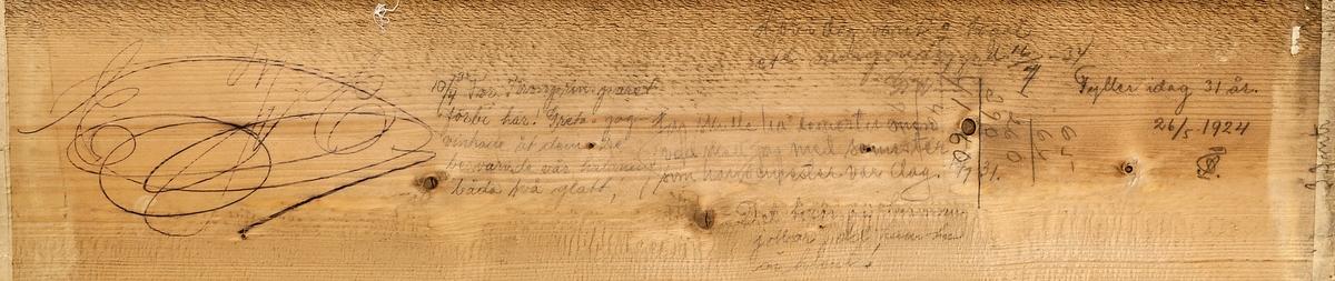 """Dagbok, osorterade anteckningar på brädlapp som suttit i centrum på tygrulle.   Framsidan Blyerts """" """"Provsegling"""" har i dagarna företagits med s.k. vindkraftfartyg. Proven utföllo enligt utsago över all förväntan och förutspås vara revulutionerande. Humbug! d. 13/11 1924 FÅ."""" """"Amundsen har kommit tillbaka från Nordpolen Humbug Allt väl d 19/6 1925 FÅ"""" """"En långrandig voile den 2/6 1922 FÅ.""""  Baksidan Blyerts """"10/4 35 For Kronprinsparet förbi här! Greta o jag vinkade åt dem. De besvarade vår hälsning båda två glatt!"""" (Jämför nr 20008.82) """"Jag skulle ha semester men vad skall jag med semester som har semester var dag. 16/1 31."""" """"Det beror på hur man jobbar, det kanske är klent!"""" """"Fyller i dag 31 år. 26/5 1924 FÅ."""" """"Har i dag varit o tagit ett morgondopp d. 16/7 -34 G.W...."""""""