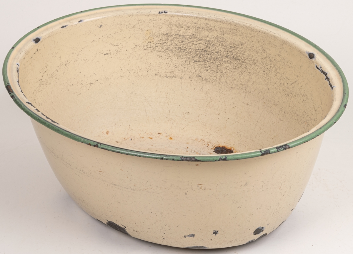 Acc.akt. Diskbalja oval galvaniserad  plåt med grön mynningskant. Märkt Kockums 41cm 10 1/2 lit.