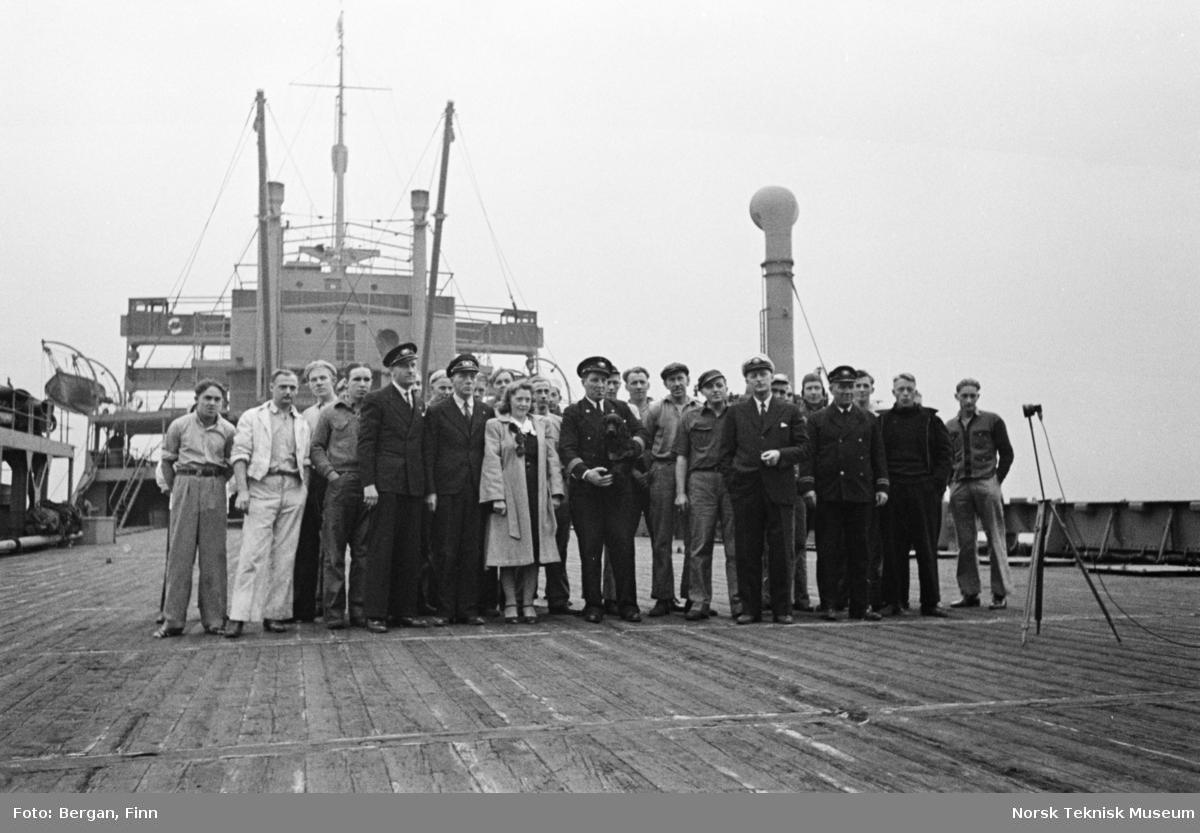 Gruppebilde på skipsdekk