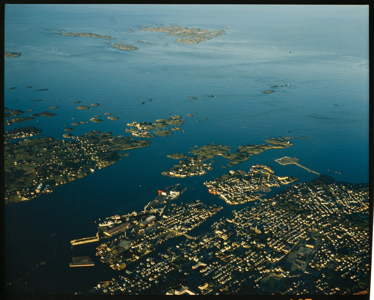 Flyfoto over ytre del av Haugesund med nordre del av Karmøy til venstre og Røvær lengst unna.