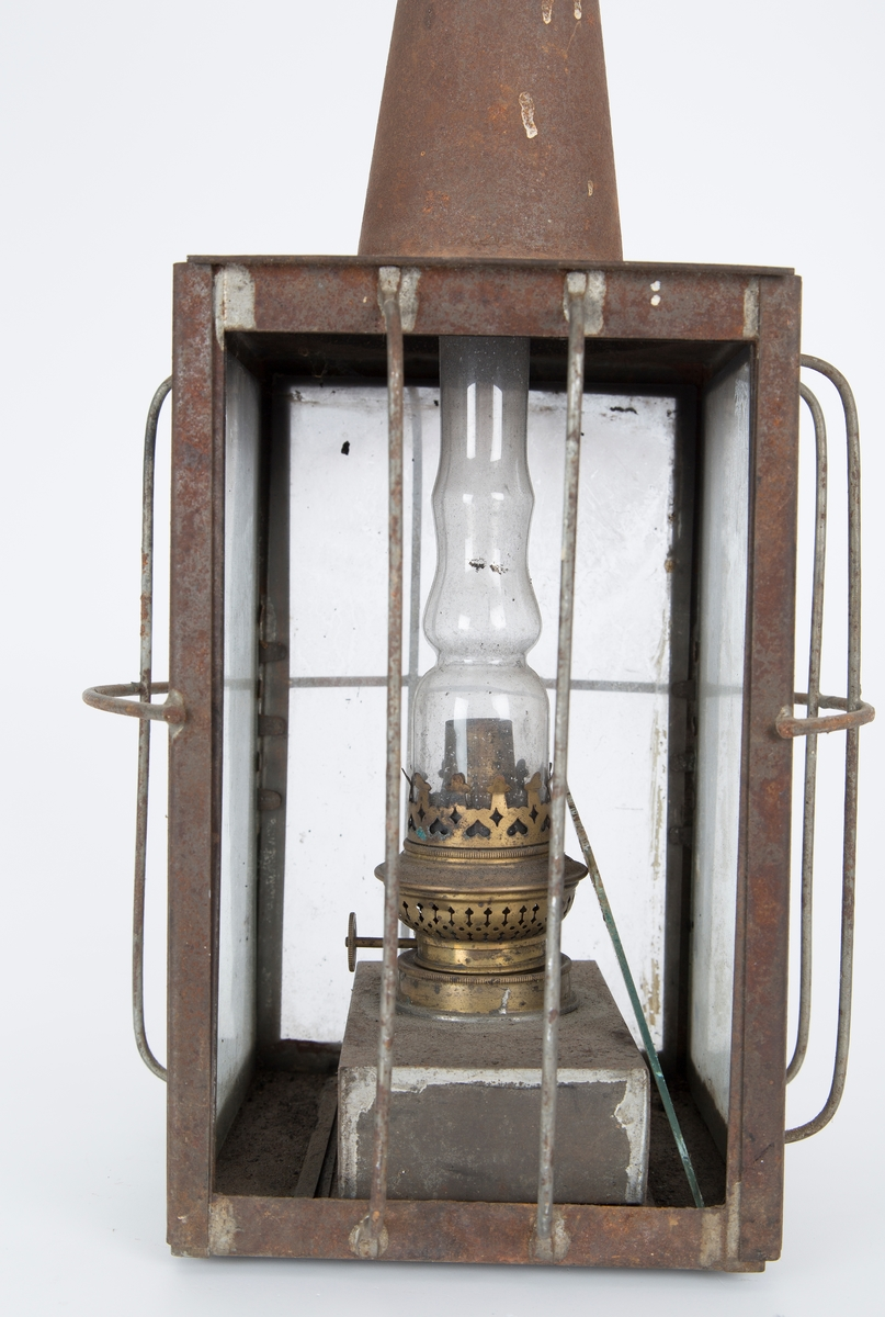 Metall lanterne med 4 glasspaneler.