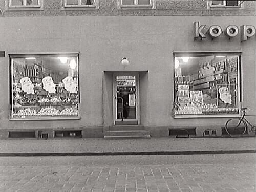 Kooperativas butiksfasad mot Östra Långgatan. Butiken låg i hörnet Östra Långgatan-Borgmästaregatan. Exteriörbild.