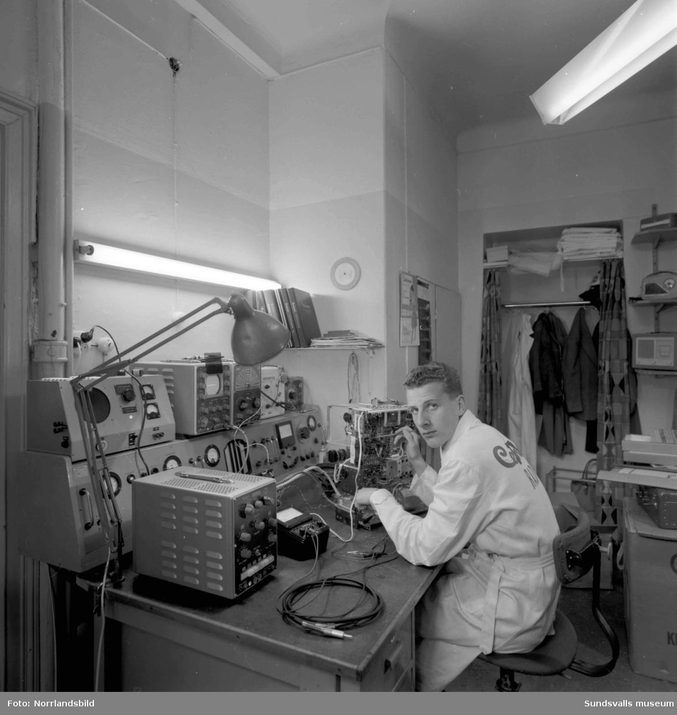 Centrum Radio på Nybrogatan 5, butiken samt reparationsverkstaden där en man jobbar med en apparat.