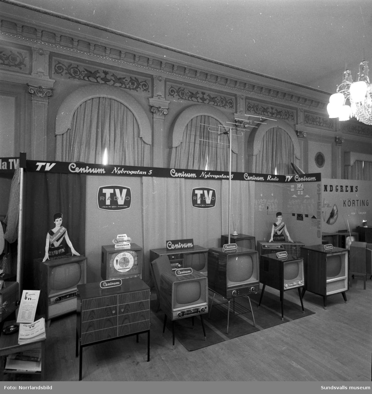 Centrum Radio visar sina radio- och tv-apparater i en monter på W6.