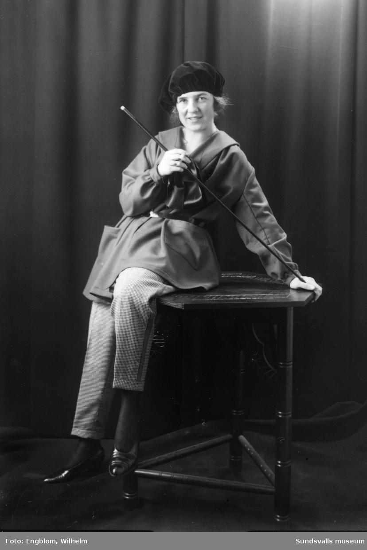 En serie porträtt på Gurli Bergström alias Kai Gullmar, tagna i samband med en Barnens Dag cabaret 1924 resp 1927 i Sundsvall. De motiv där hon är klädd som en man är tagna 1927 liksom den oskarpa gruppbilden med hela ensemblen.